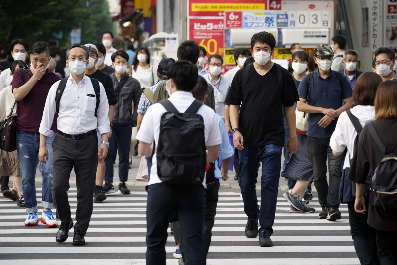 日本東京都今日新增360例確診,較昨日再現成長趨勢。圖為東京秋葉原街景,行人紛紛戴上口罩自保。(歐新社)