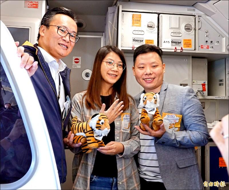 台虎董事長陳漢銘(左)也祝福這對新人。(記者姚介修攝)