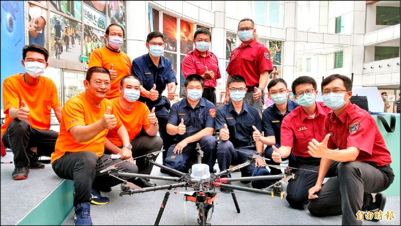 台南市政府無人機隊成軍,23位無人機專業高級操作證照飛手,以警政、消防、環保及水利局為主。(記者劉婉君攝)