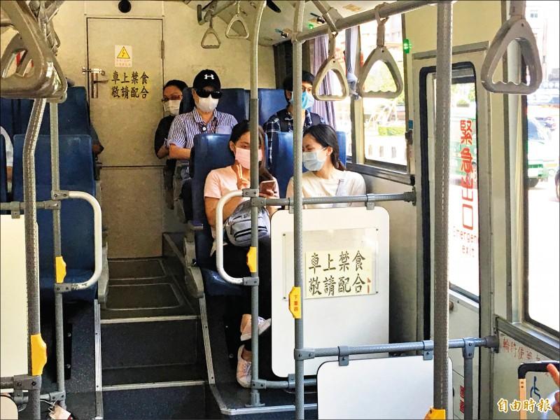 民眾搭乘公車都已經開始戴口罩。(記者謝武雄攝)