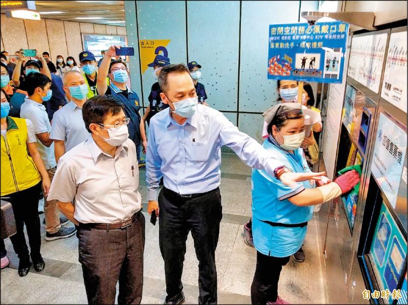 高雄市代理市長楊明州(左)昨晚率隊到捷運站進行防疫稽查及宣導。(記者方志賢攝)