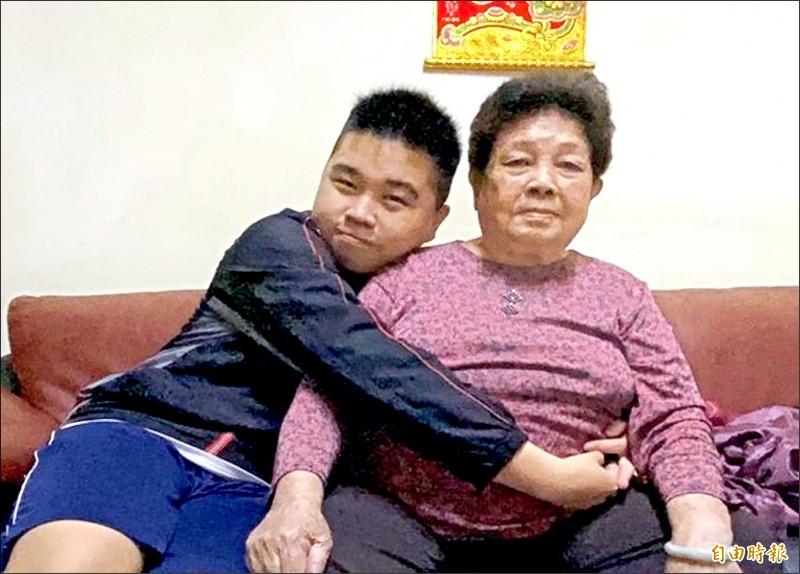 輔英科大五專部19歲學生陳明佑(左),在逆境中成長,守護86歲外曾祖母,是今年全國孝行獎年紀最小的得獎人。(記者陳文嬋攝)