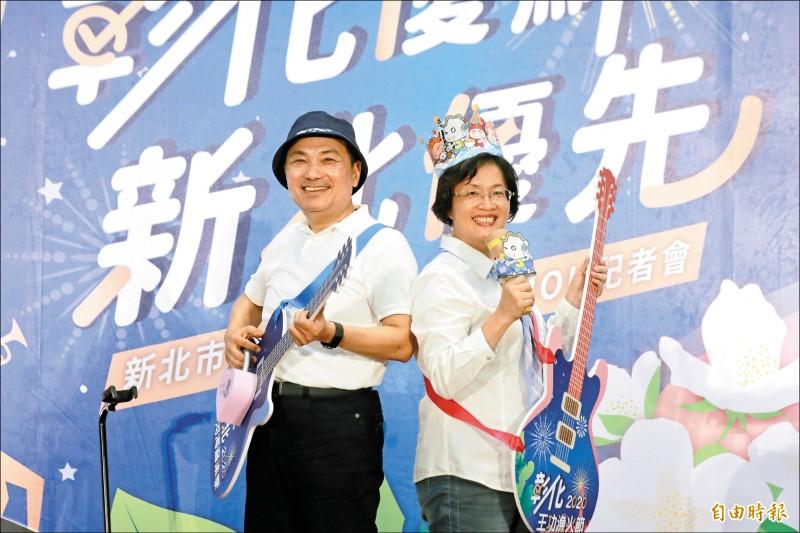 新北市長侯友宜(左)與彰化縣長王惠美(右),簽署農業交流合作備忘錄,也行銷近期各自將舉辦的活動。 (記者何玉華攝)