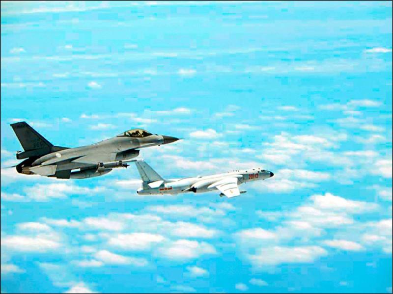 中共軍機昨早又侵入我國西南防空識別區,國軍照例強勢廣播驅離。圖為我F-16戰機驅離共軍轟六轟炸機檔案照。(資料照)