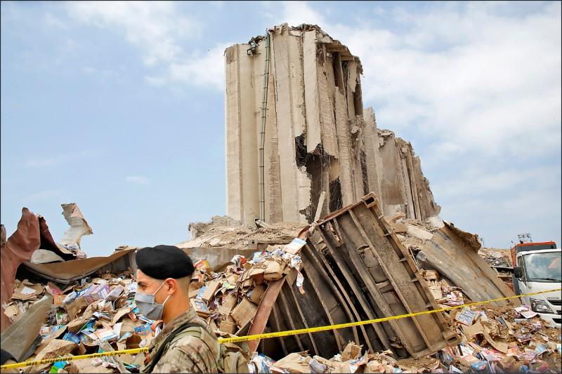 貝魯特港4日的大爆炸摧毀許多建築物,一名士兵走過瓦礫、建物殘骸。(美聯社)