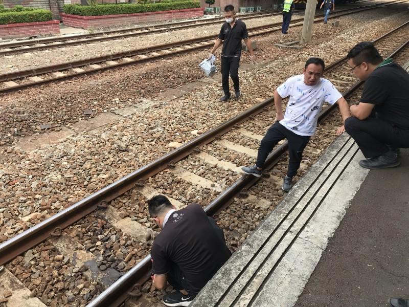 一名從越南嫁來台灣多年的越籍配偶(42歲),昨到彰化縣田中鎮找姊姊,今天早上到田中火車站坐車時,不知何故墜落鐵軌,遭迎面而來的區間車輾斃。(記者顏宏駿翻攝)