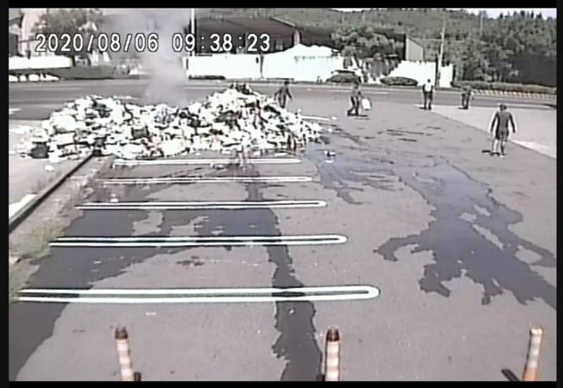 大貨車在加油站旁卸下悶燒物,嚇壞不少人。(記者蔡政珉翻攝)