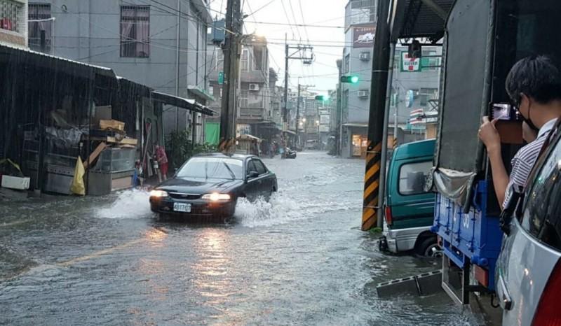 湖內區海埔地區下豪雨時,淹水狀況讓居民不堪其擾。(記者許麗娟翻攝)