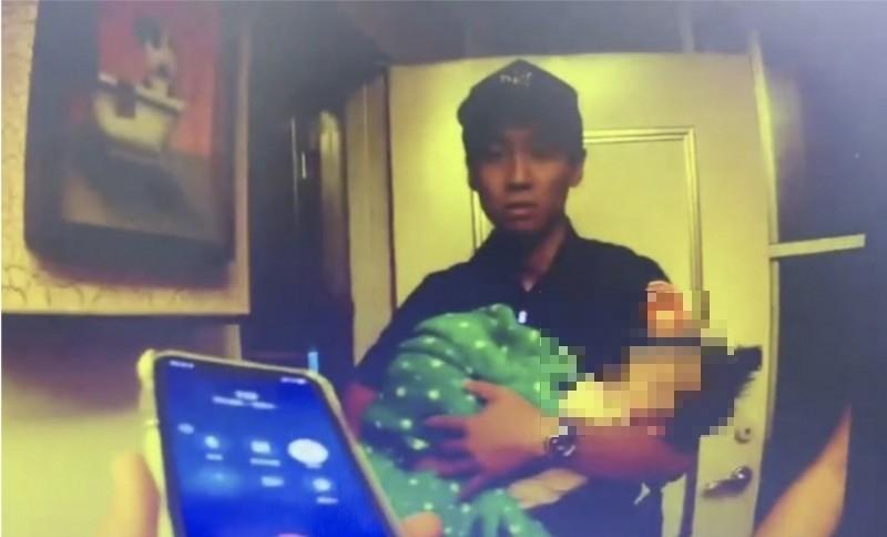 警方將女嬰抱出救命。(民眾提供)