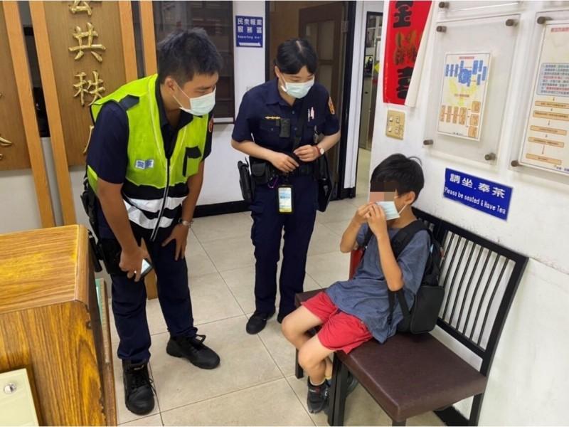 小朋友聯絡不上家人,幸得警方協助。(員警提供)