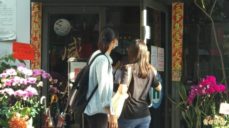 中檢聲請羈押禁見盛唐中醫診所院長呂世明,理由之一是急電患者索回中藥包,圖為女警搜索該診所畫面。(記者張瑞楨攝)