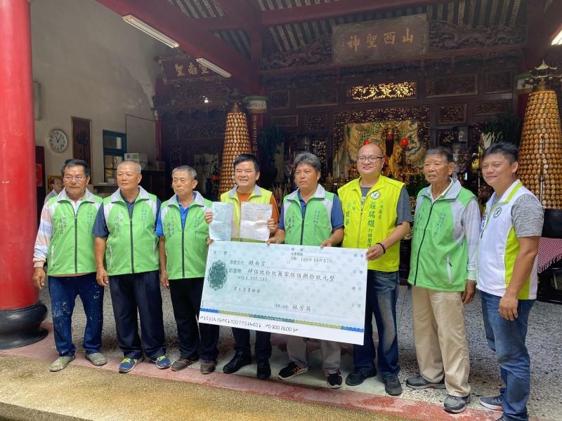 兩代旅日台人完成心願,捐近500萬台幣給恆春鎮南宮。(記者陳彥廷翻攝)