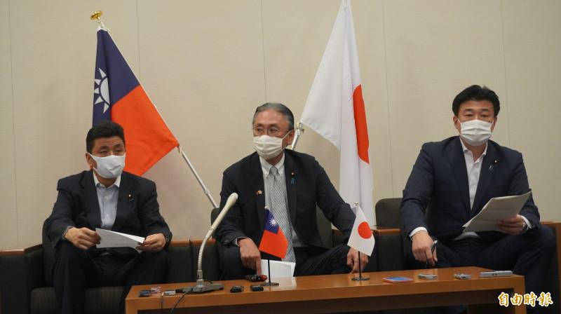日本眾議員古屋圭司(中)、岸信夫(左)和木原稔(右)3人召開記者會宣布9日訪台弔唁。(記者林翠儀攝)