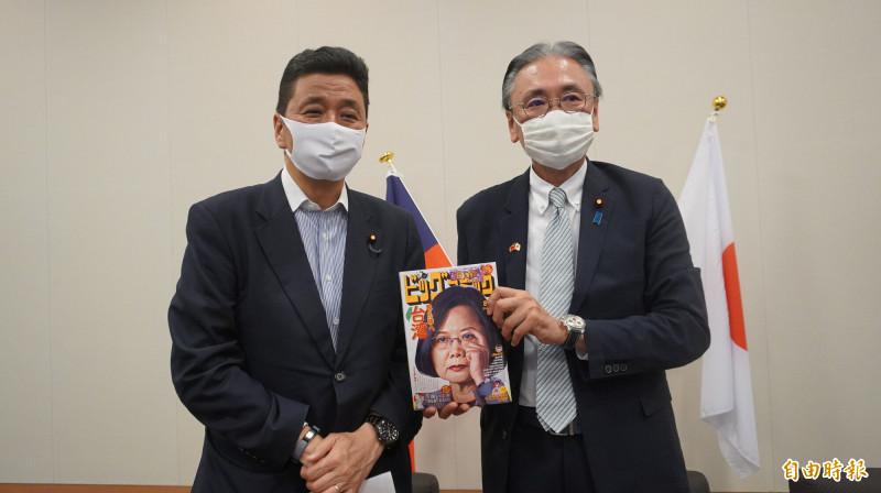 古屋圭司和岸信夫拿著以蔡英文總統為封面的漫畫周刊給媒體拍照。(記者林翠儀攝)