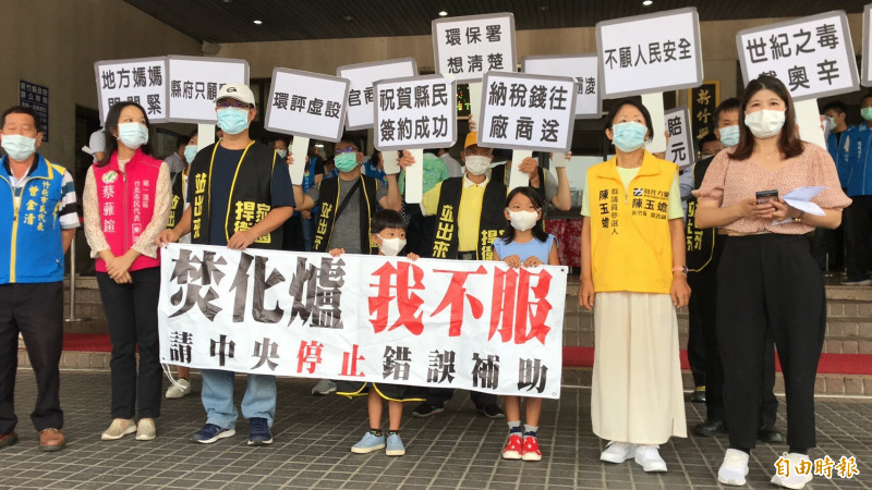 綠黨新竹縣議員余筱菁(右)6月中被縣議會懲戒停權,今天傳出她向台北高等行政法院聲請的假處分過關,下週仍可正常出席臨時會開會,但是議會將提抗告。(記者黃美珠攝)
