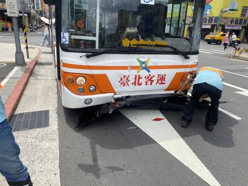 公車煞車失靈追撞前方轎車停不下來 公車司機機警拔鑰匙化解危機