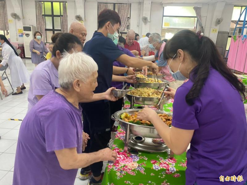 明天就是父親節了,在寧園安養院服務23年的李媽媽志工團,為了幫爸爸住民們過父親節,今天貼心準備自助餐美食,讓住民感受過節的氣氛。(記者廖雪茹攝)