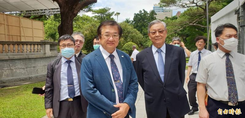 醫師公會全國聯合會理事長邱泰源(穿藍色西裝者)率團悼念前總統李登輝。(記者李欣芳攝)