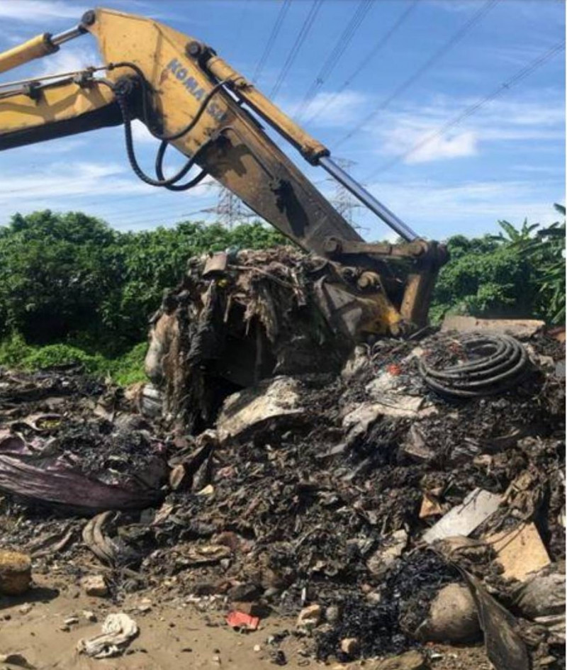 檢方開挖非法掩埋的事業廢棄物。(記者蔡清華翻攝)