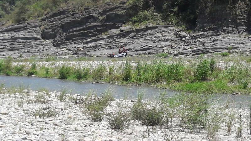 消防局接觸到謝男時已失去呼吸心跳,明顯死亡,將謝男遺體搬運上橡皮艇帶回奇美。(花蓮縣消防局提供)