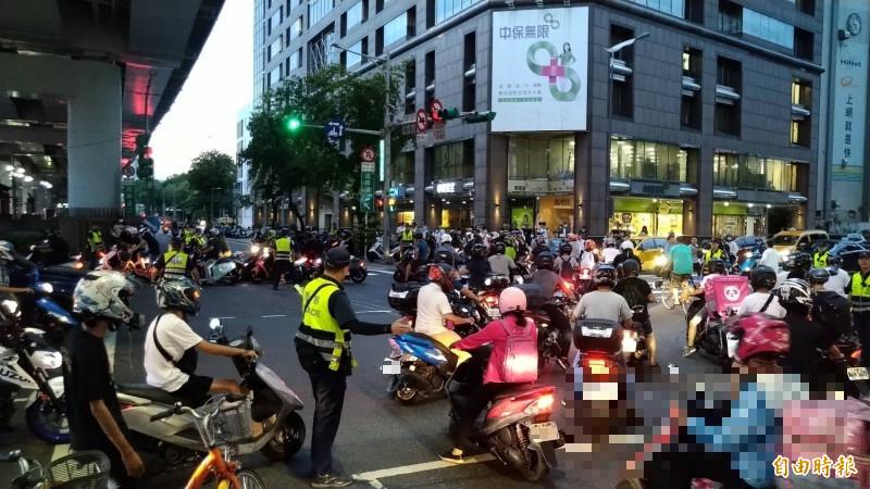 台北市交通局取消市民大道、塔城街口的機車可直接左轉,引發民怨,機車路權團體發起抗議活動,機車族到場響應,路口交通打結、被癱瘓。(記者蔡亞樺攝)