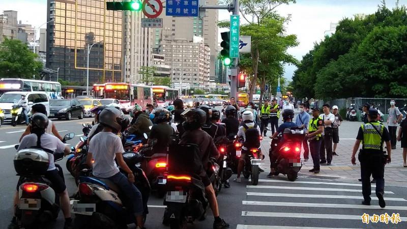 台北市市民大道、塔城街口被癱瘓應,有大批員警到場疏導交通。(記者蔡亞樺攝)
