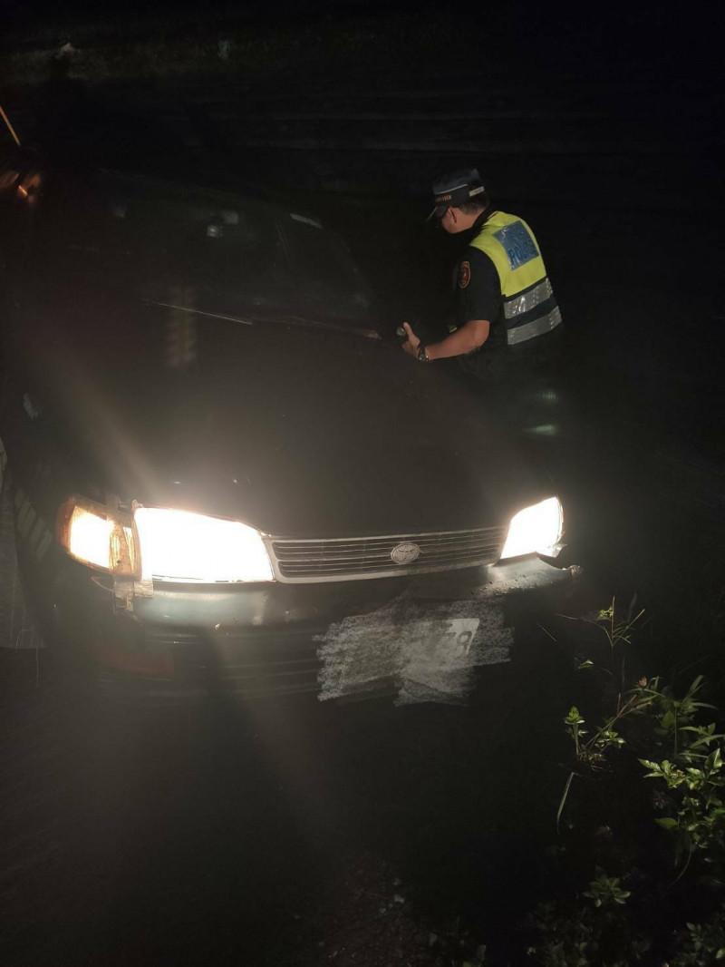 楊姓民眾報案指妻子開車外出許久未歸,擔心發生意外,請求警方協尋,結果在路旁發現掉進水圳的自小客車。(民眾提供)