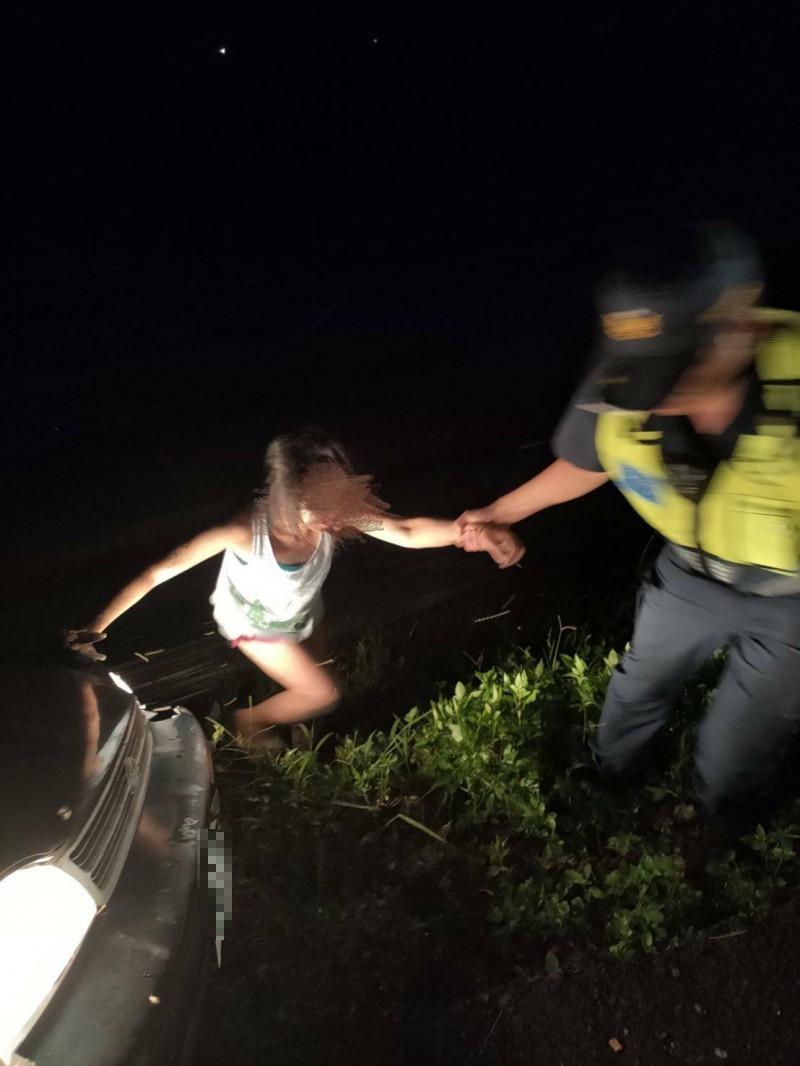 員警合力將受困車內的女子平安救出。(民眾提供)
