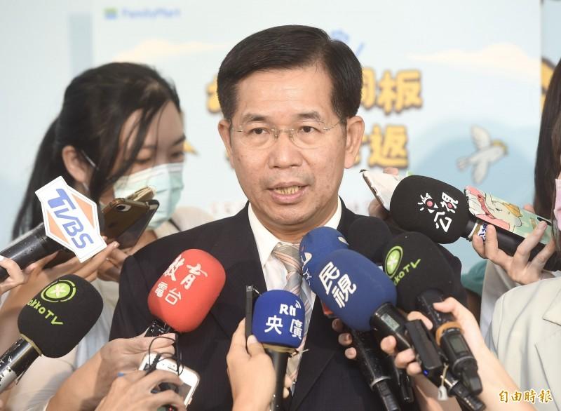教育部長潘文忠7日出席「到全家便利商店,捐捐小銅板,孩童安全返」起跑記者會,會後接受媒體訪問。(記者簡榮豐攝)