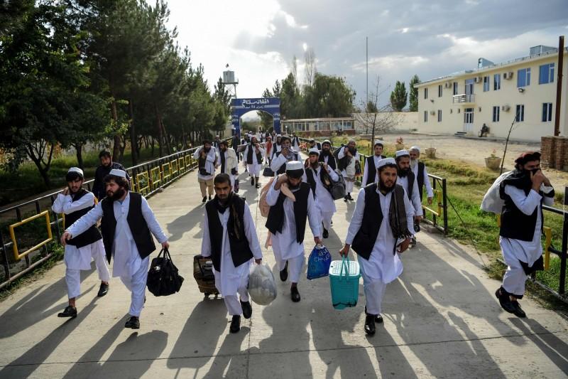美國國務卿龐皮歐呼籲阿富汗,在今日的支爾格大會協議釋放塔利班囚,加速推動阿富汗和平進程。圖為上月底釋放的塔利班囚犯。(法新社資料照)