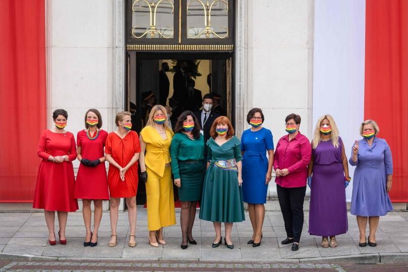 波蘭左派國會議員6日出席就職典禮時,分別穿上不同顏色的衣物,站在一起時就像是一面彩虹旗,並配戴印有彩虹旗的口罩,聲援受到波蘭政府打壓的多元性別族群。(法新社)