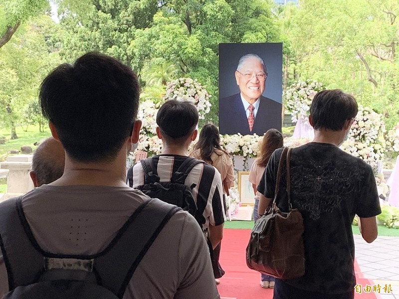 People pay tribute to former president Lee Teng-hui at the Taipei Guest House in Taipei yesterday. Photo: Tu Chien-jung, Taipei Times