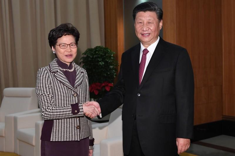 香港特首林鄭月娥(圖左)及中共領導人習近平(圖右)。(法新社)