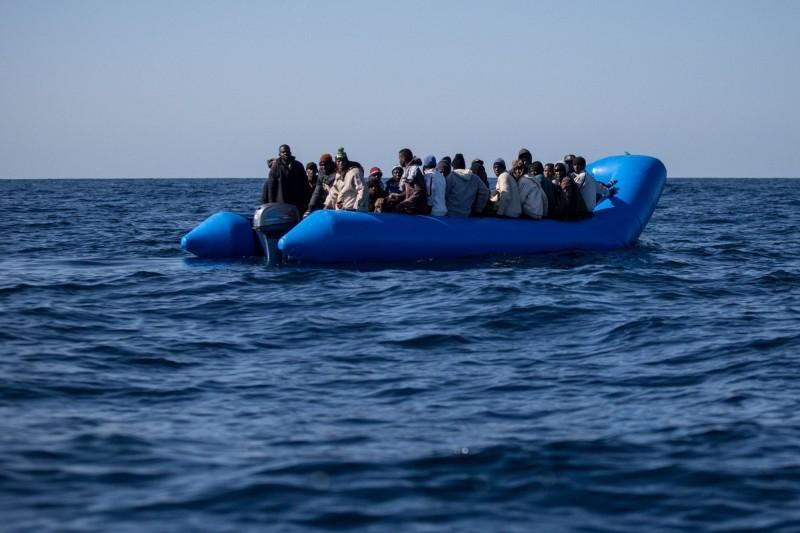 許多移民、難民會冒險搭乘船隻前往歐洲,尋求更好的工作和生活。6日再傳移民船翻覆的事件,約載有40人的船隻僅1人倖存。圖為移民船示意圖。(法新社資料照)