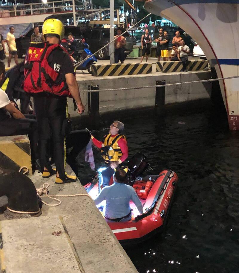 4名搭乘玻自製璃纖維小船的釣客,今晚在瑞濱外海夜釣時遭大浪掀翻,2名釣客獲救,另2名男子則被浪捲走,生死未卜,消防人員持續搜救中。(記者林嘉東翻攝)