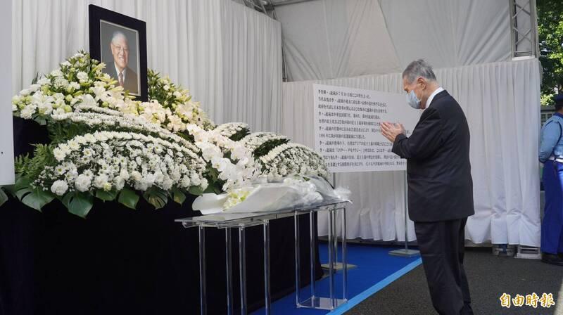 日本前首相森喜朗將於8月9日率日本國會跨黨派議員,來台向李登輝前總統追思哀悼,森喜朗在8月3日就曾親自前往我國駐日本代表處所設立的靈堂致哀。(記者林翠儀攝)