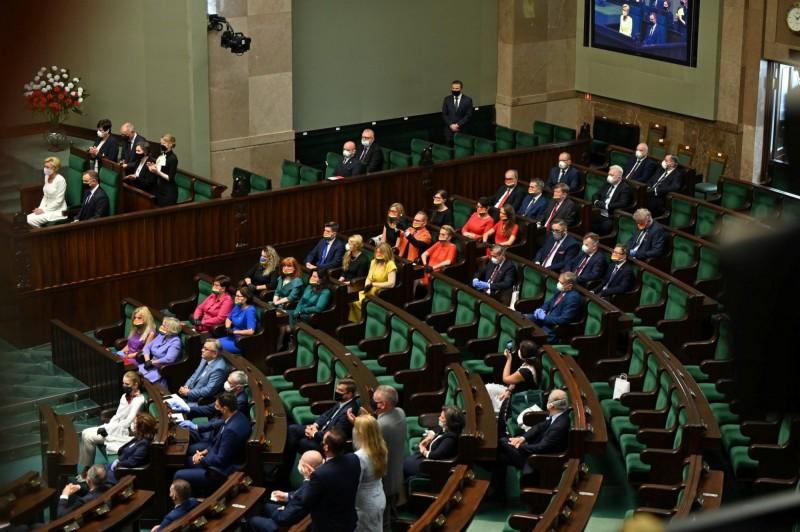 波蘭反同總統杜達6日舉行就職典禮,左派議員身穿彩虹裝出席,聲援LGBT團體。(路透)