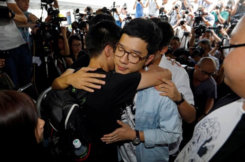 香港詞神林夕重寫他為「轉紅」歌手王菲所寫的《約定》歌詞,改以香港反送中運動為主題,致贈羅冠聰。圖為羅冠聰2017年到法院聲援,因參與雨傘運動而被起訴的學生。(路透)