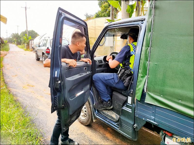 警方取下肇事小貨車的行車記錄器記憶卡,進一步釐清事發經過。。(記者佟振國攝)