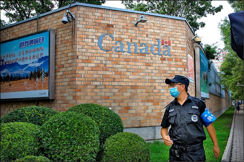 中國法院六、七日兩天接連宣判兩例加拿大公民涉毒案死刑。圖為加拿大駐中國首都北京大使館。(美聯社)