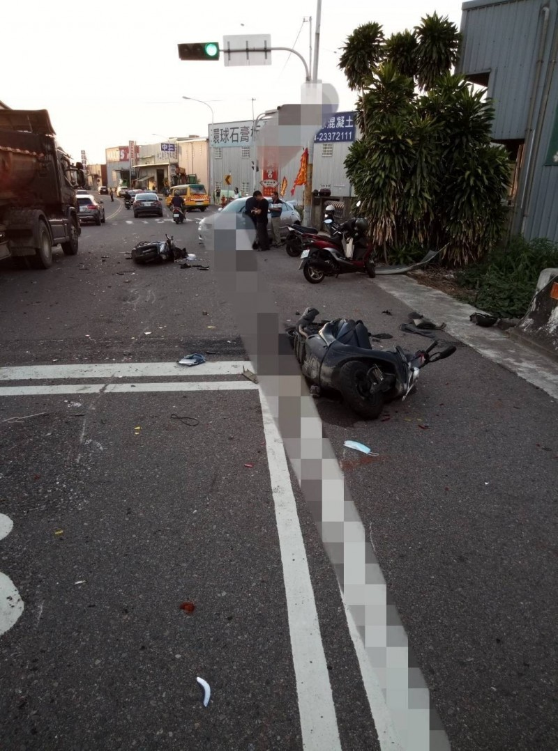 中市烏日五光路渓南大橋下昨天發生大貨車撞上5部機車,造成5名騎士受傷幸無礙。(記者蘇金鳳翻攝)