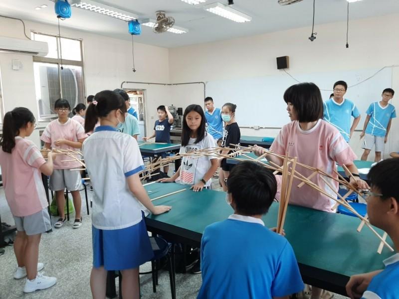 新竹縣竹東國中將成立全縣最大規模的自造教育及科技中心。圖為先前自造教育課程上課畫面。(新竹縣政府提供)