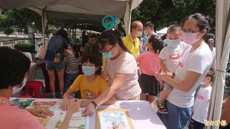台南市立圖書館今天在廣場舉辦夏日閱讀趴活動,吸引親子參加。(記者洪瑞琴攝)