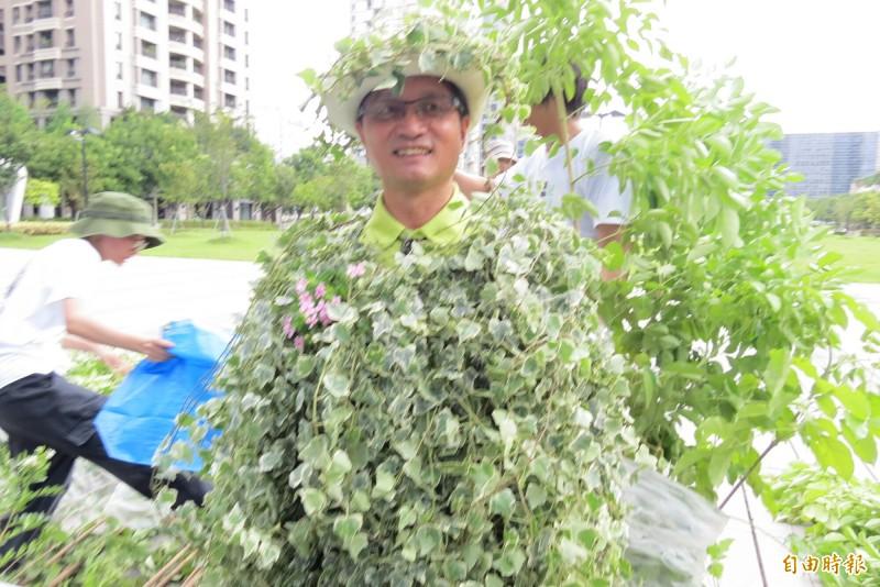 彰化市長林世賢今天打扮成為減碳樹人,宣布彰化市為氣候緊急城市。(記者蘇金鳳攝)