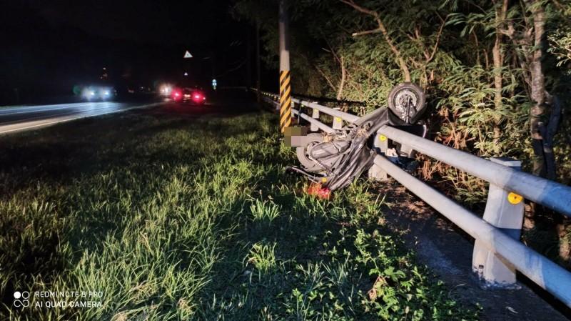 花蓮縣壽豐鄉台11線27.5公里處今天凌晨發生一起機車自撞交通事故,造成一人死亡。(記者王錦義翻攝)