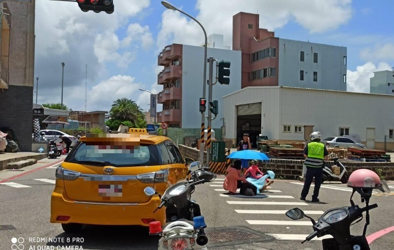 馬公市發生一起小車禍,但民眾或路人紛紛拿出愛心救援。(陳永富提供)
