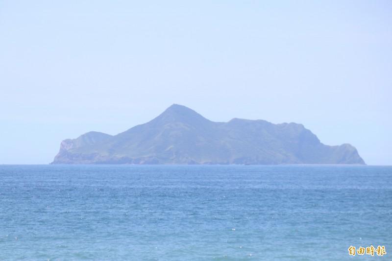大溪拍攝的龜山島,龜頭已變成朝左。(記者林敬倫攝)