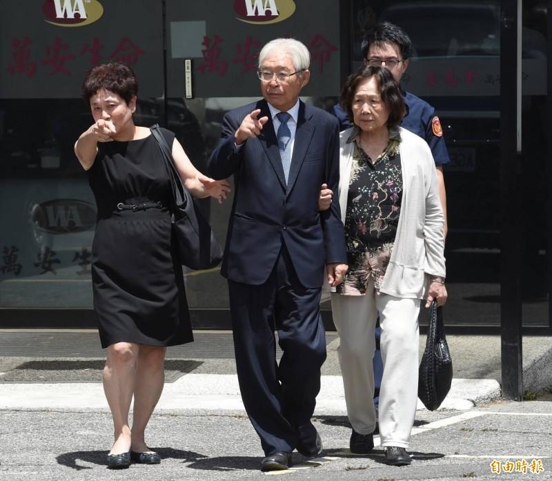 台灣之友會總會長黃崑虎(中)等人追憶李登輝前總統令人動容,台灣之友會總會秘書長蔡淑美(左)在李登輝遺照前跪地痛哭。(資料照)
