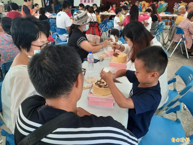 案山父親節蛋糕彩繪,都是親子前往參加。(記者劉禹慶攝)