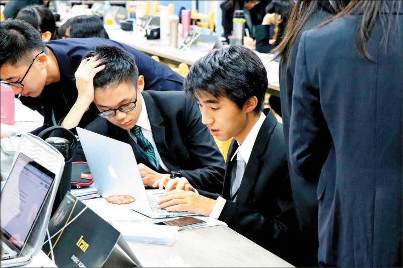 就讀北市私立東山高中的侯靖宣(使用電腦者),年僅16歲跳級考上台大醫學系。(東山高中提供)